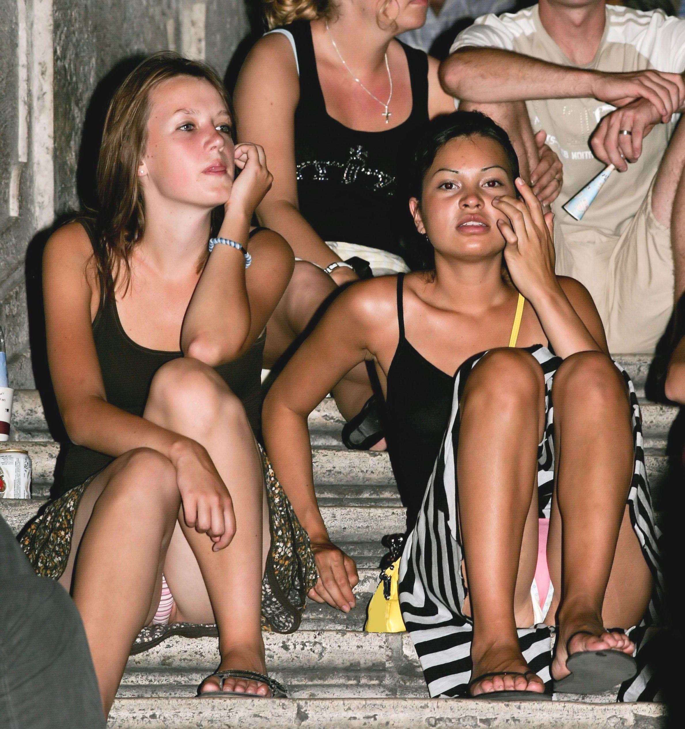 Две девушки в мини-юбках светят трусиками сидя на лестнице