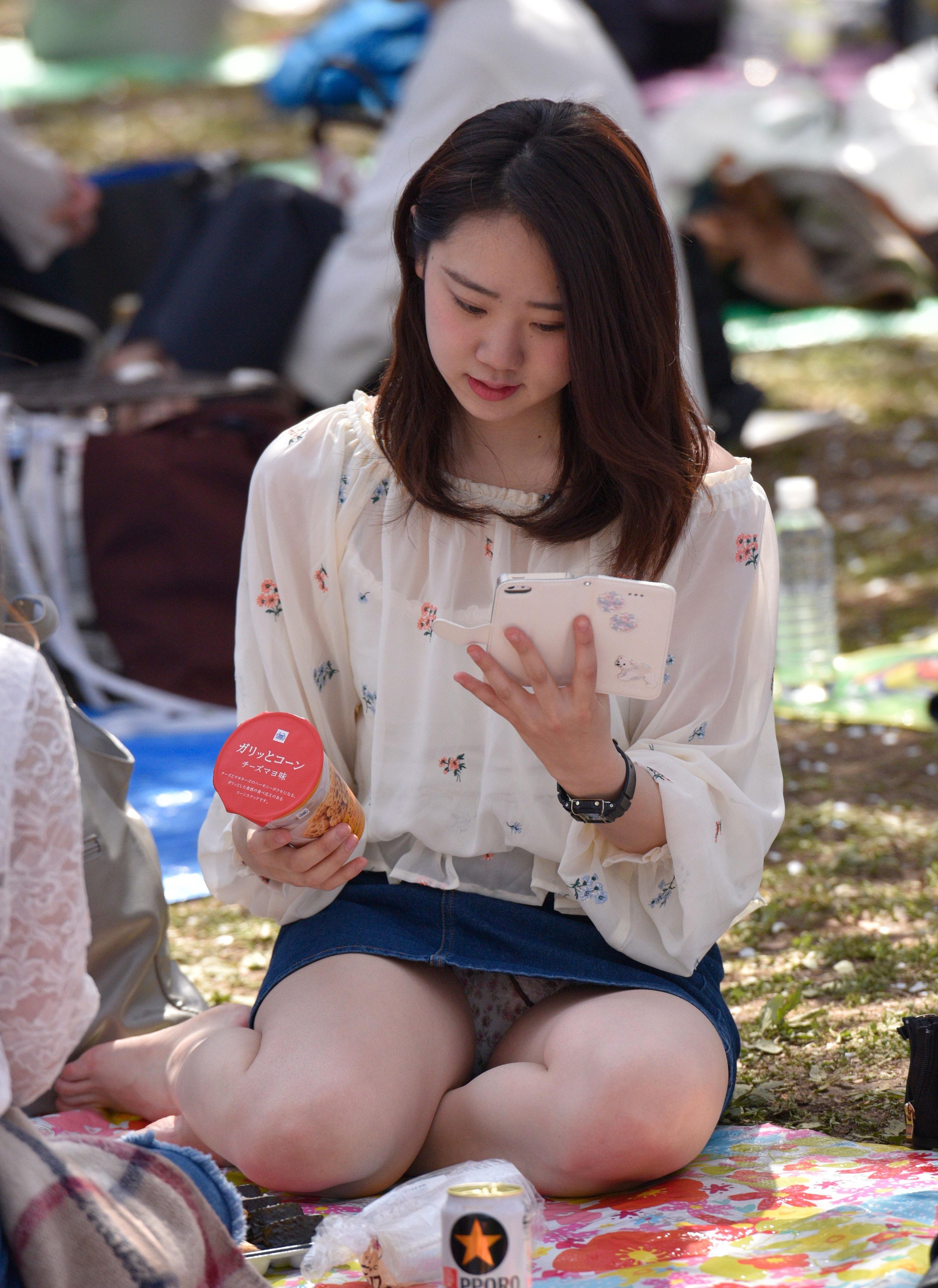 Японка в джинсовой мини-юбке засветила свои трусики