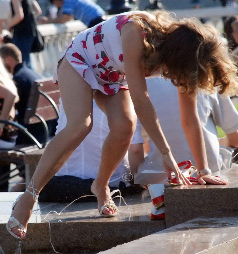Девушка у фонтана засветила белые трусики под платьем