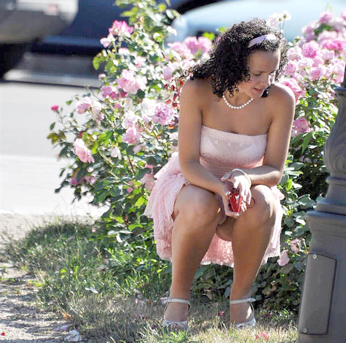 Брюнетка в розовом платье засветила белые трусики