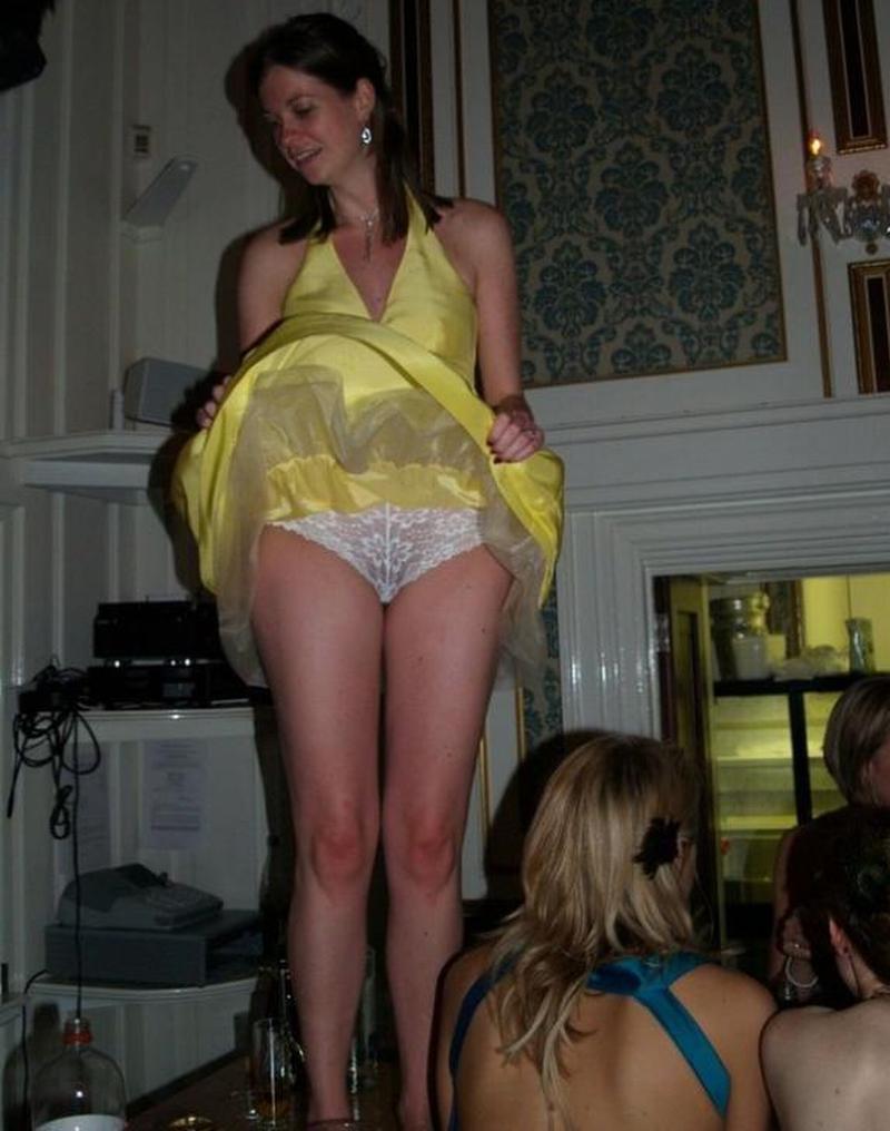 Брюнетка в желтом платье засветила кружевные трусики