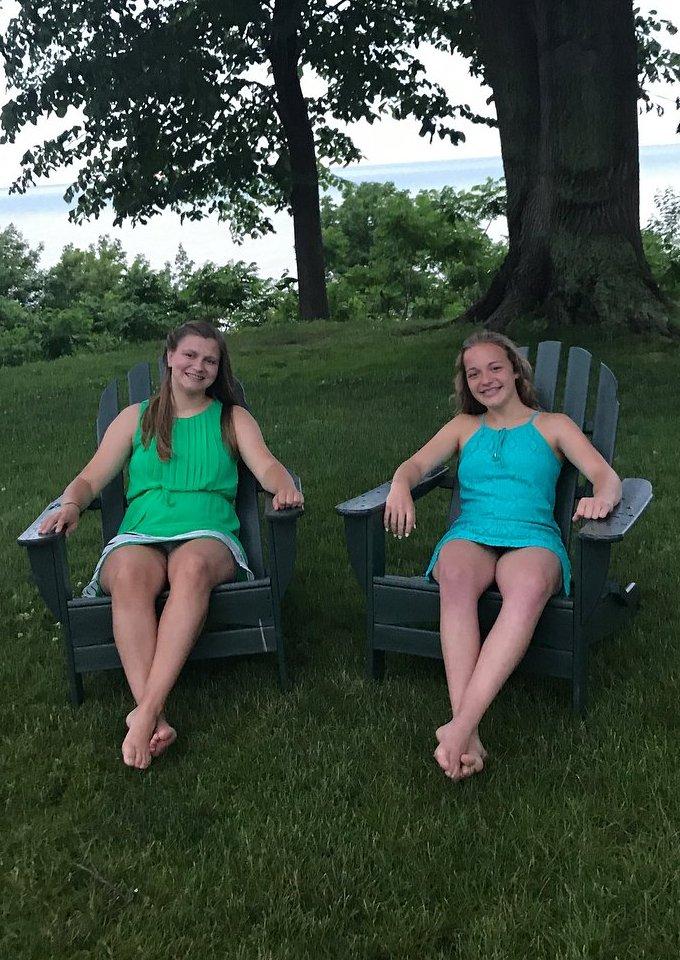 Две девушки светят трусиками под короткими платьями