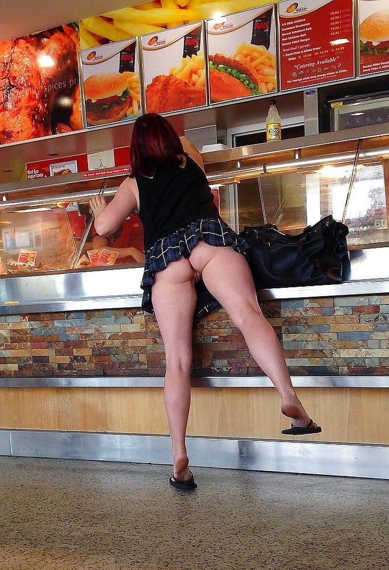 Женщина в мини-юбке засветила в ресторане бритую киску