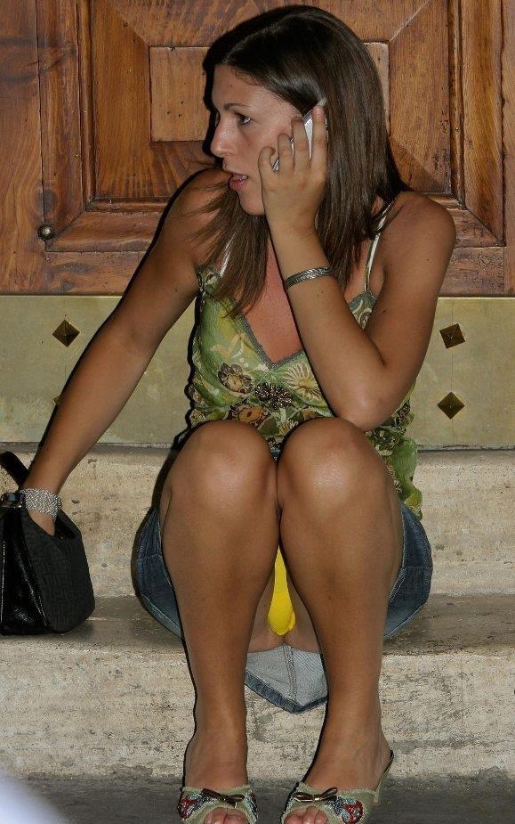 Девушка в джинсовой мини-юбке засветила желтые трусики