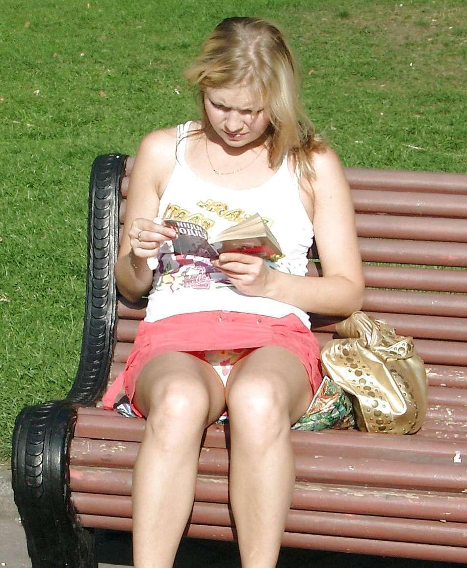 Блондинка в розовой мини-юбке засветила трусики с рисунком