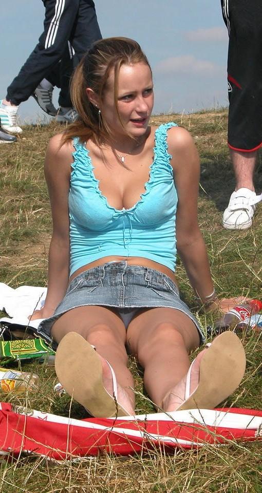 Девушка в серой мини-юбке засветила белые трусики