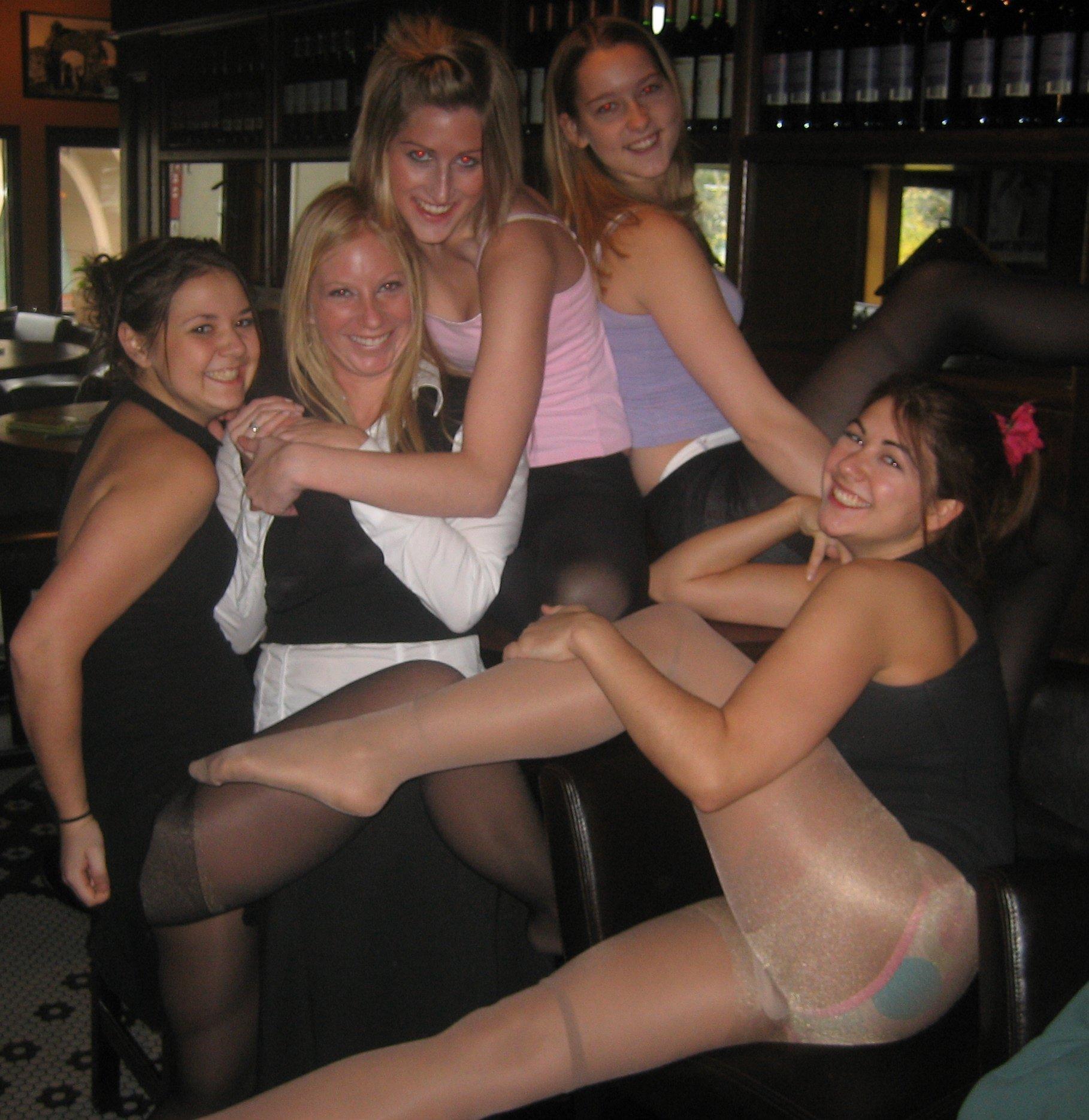 Сексуальные девушки в колготках показывают свои трусики