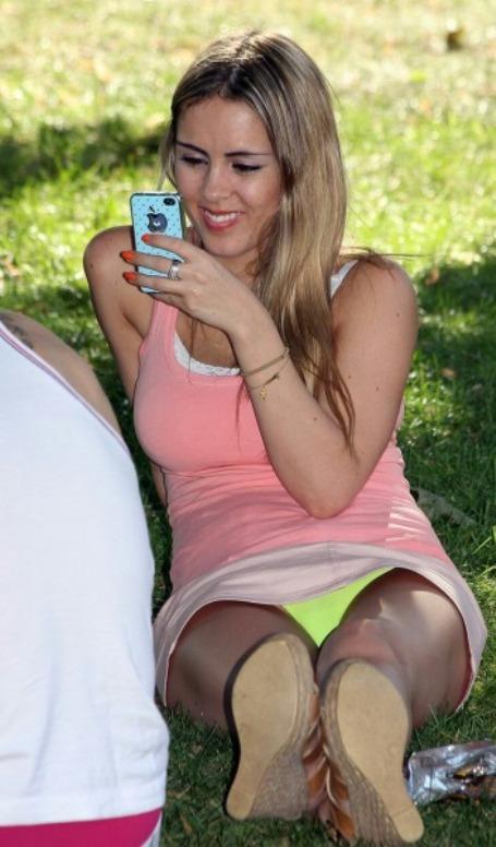 Блондинка с айфоном засветила салатовые трусики