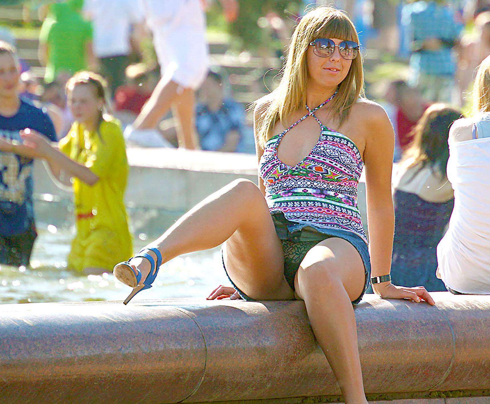 Девушка в джинсовой мини-юбке засветила у фонтана черные прозрачные трусики