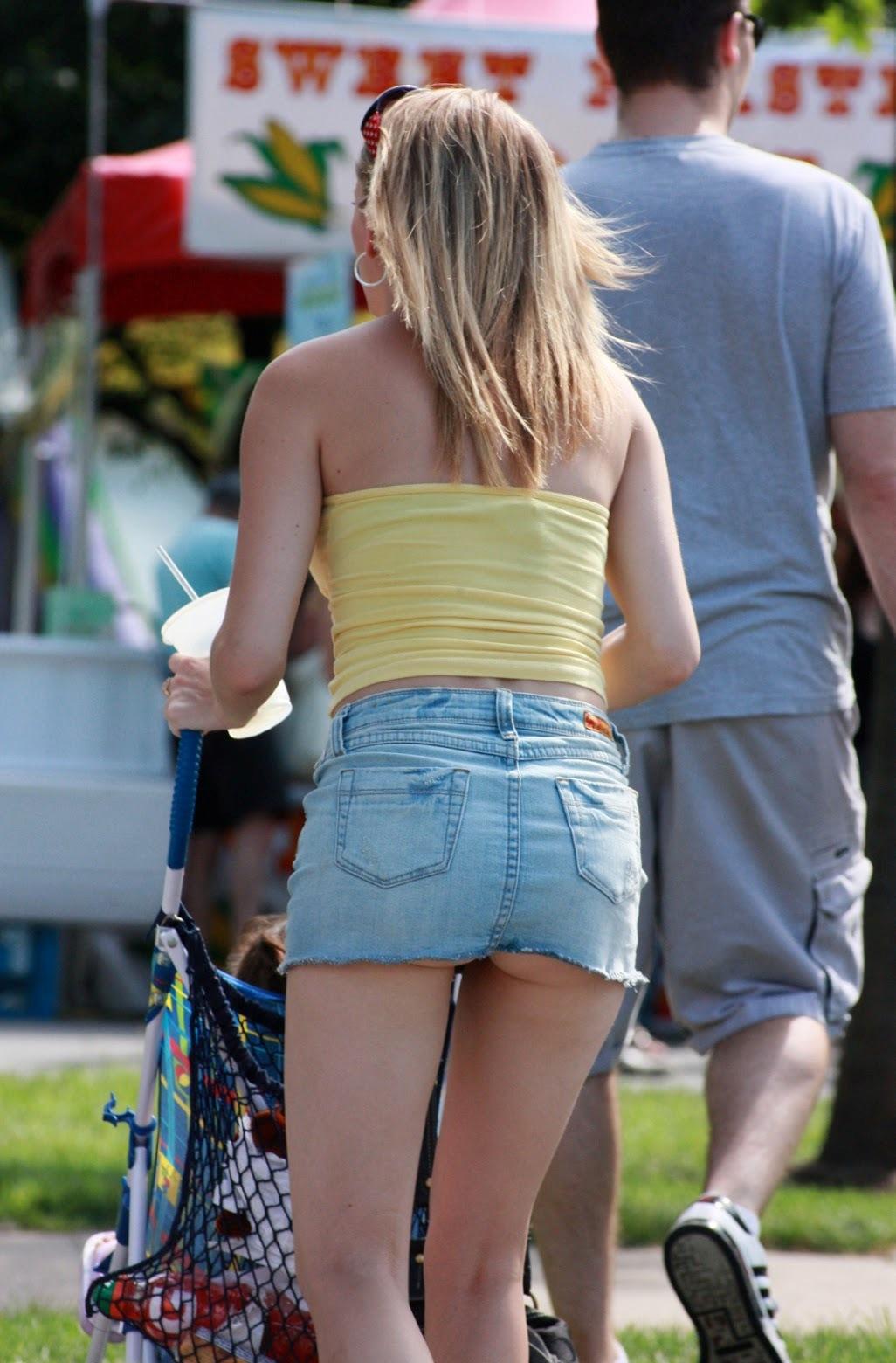 Сексуальная блондинка в очень короткой юбке светит своей попкой