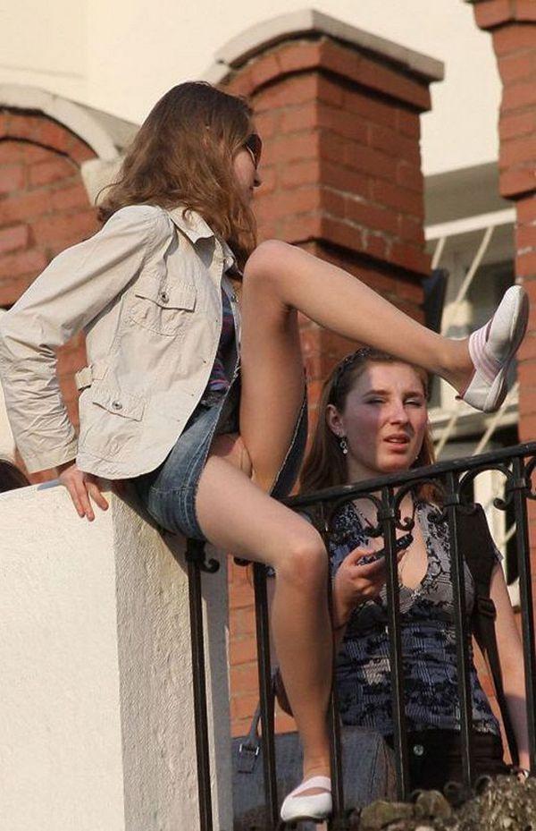 Девушка в джинсовой мини-юбке засветила трусики под колготками