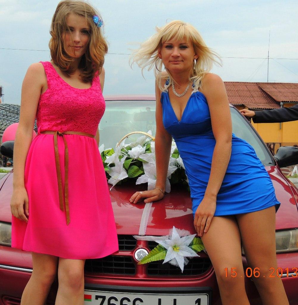 Сексуальная блондинка в коротком синем платье