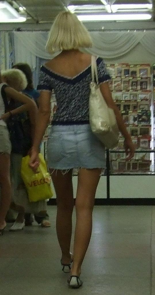 Блондинка в джинсовой мини-юбке засветила бежевые трусики