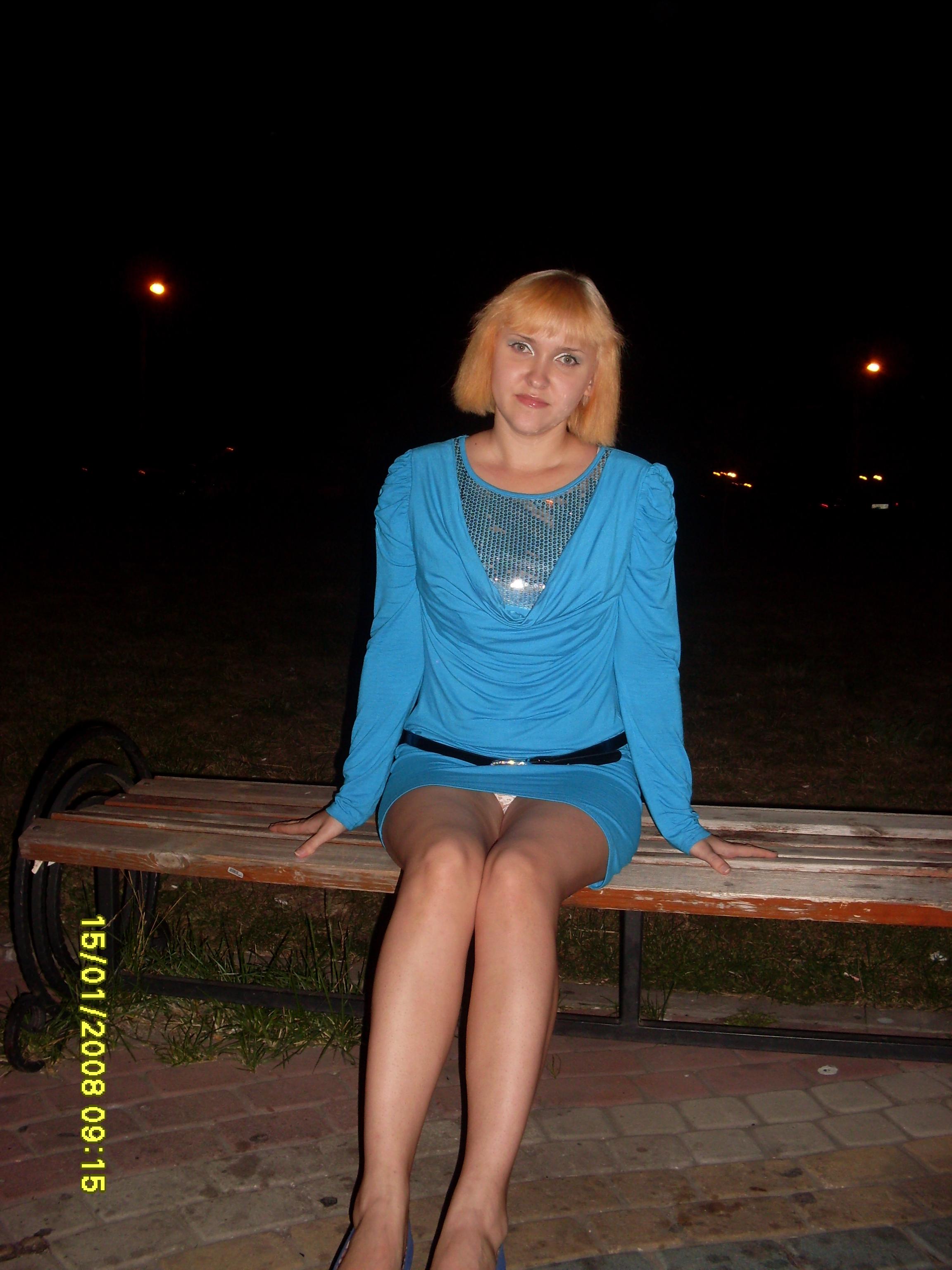 Женщина в голубом мини-платье засветила белые трусики