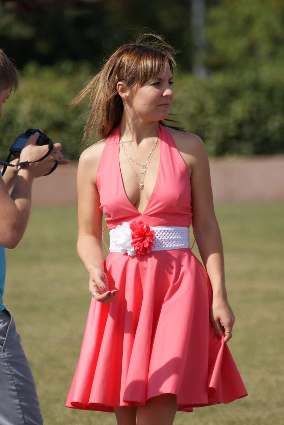 Девушка в розовом мини-платье засветила попку со стрингами