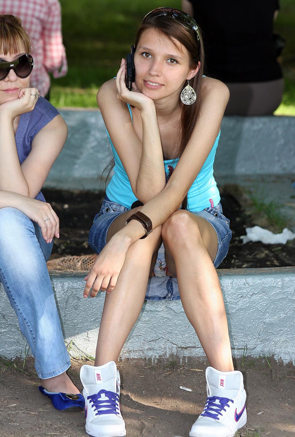 Девушка в джинсовой мини-юбке засветила свои трусики