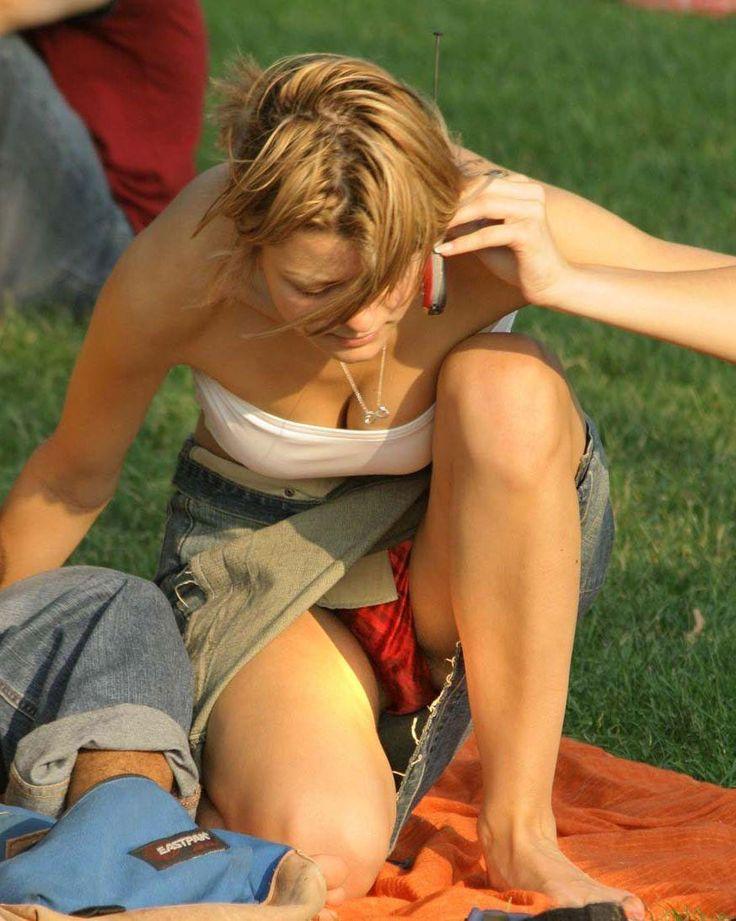 Девушка в джинсовой мини-юбке засветила розовые трусики