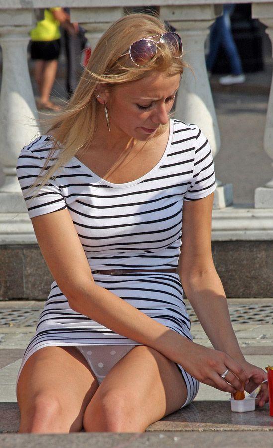 Блондинка в мини-платье засветила прозрачные трусики