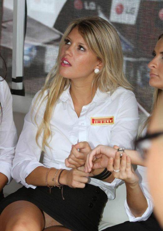 Сексуальная блондинка на автошоу без трусиков под юбкой