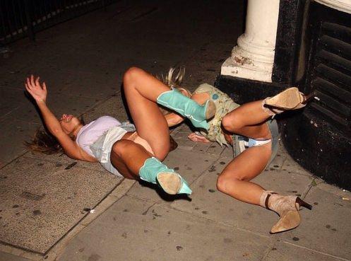 Две девушки в мини-юбках светят своими трусиками