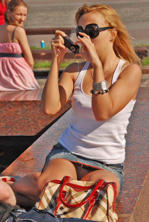 Сексуальная девушка в джинсовой мини-юбке засветила серые трусики