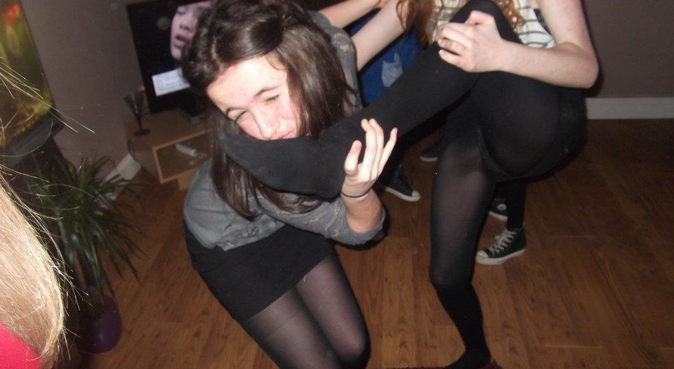 Девушка в короткой мини-юбке засветила черные колготки