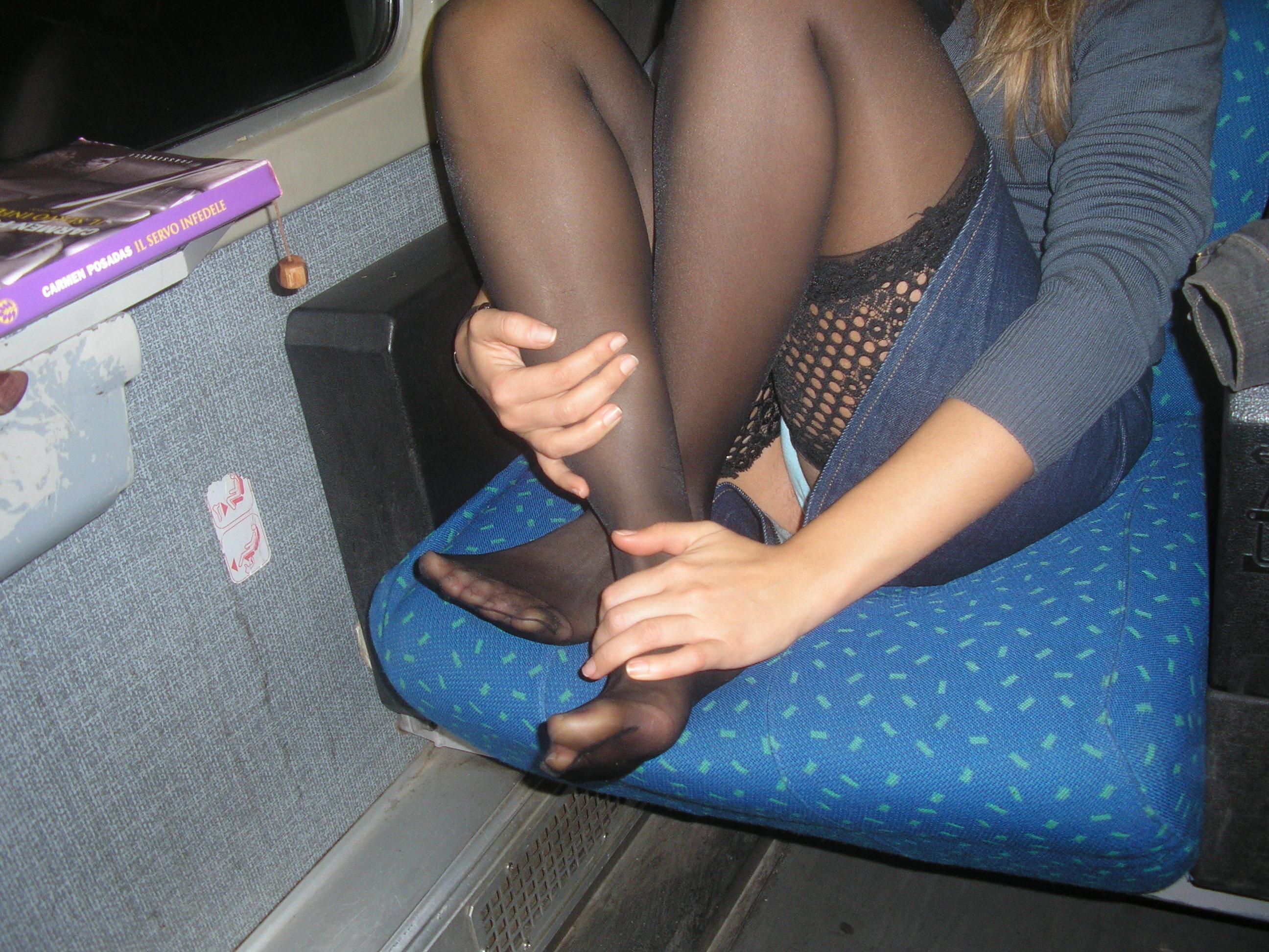 Девушка в чулках и джинсовой мини-юбке засветила голубые трусики