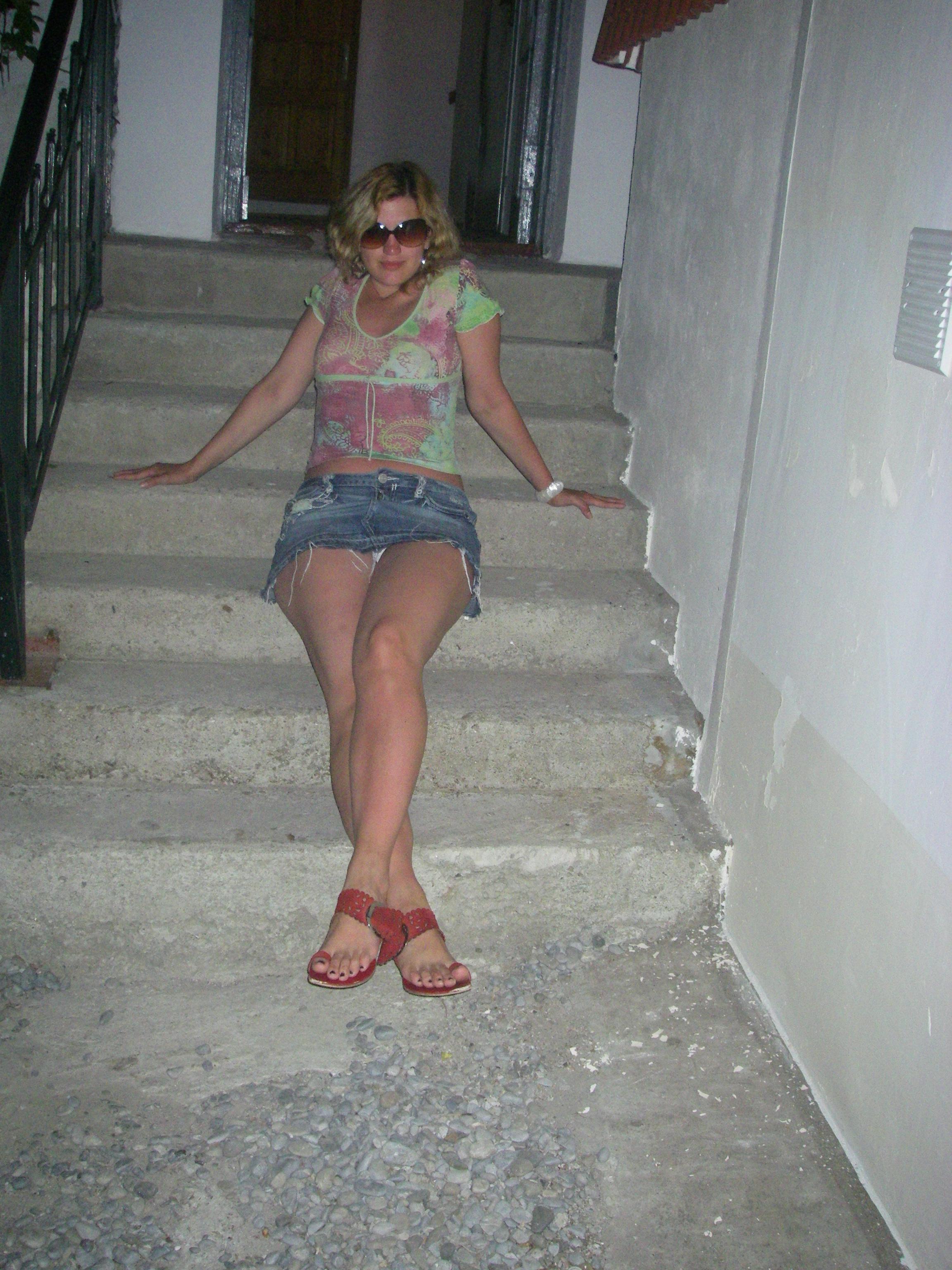 Девушка в мини-юбке засветила в подъезде белые трусики