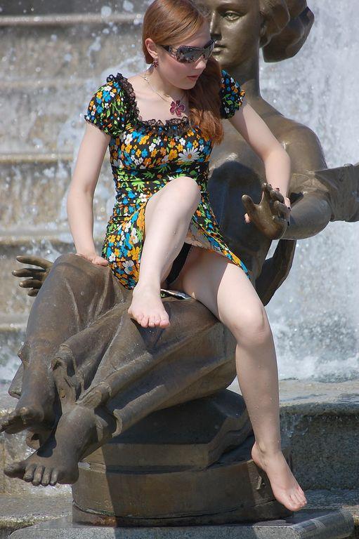 Рыжеволосая девушка засветила в фонтане черные трусики