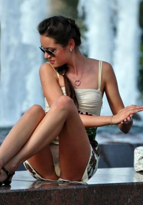 Брюнетка в мини-платье засветила трусики у фонтана