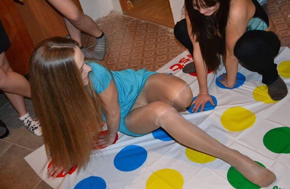 Девушка засветила колготки под юбкой играя в твистер