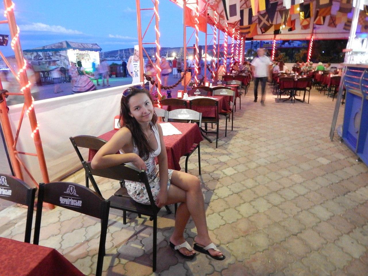 Сидя белые трусики 9 фотография