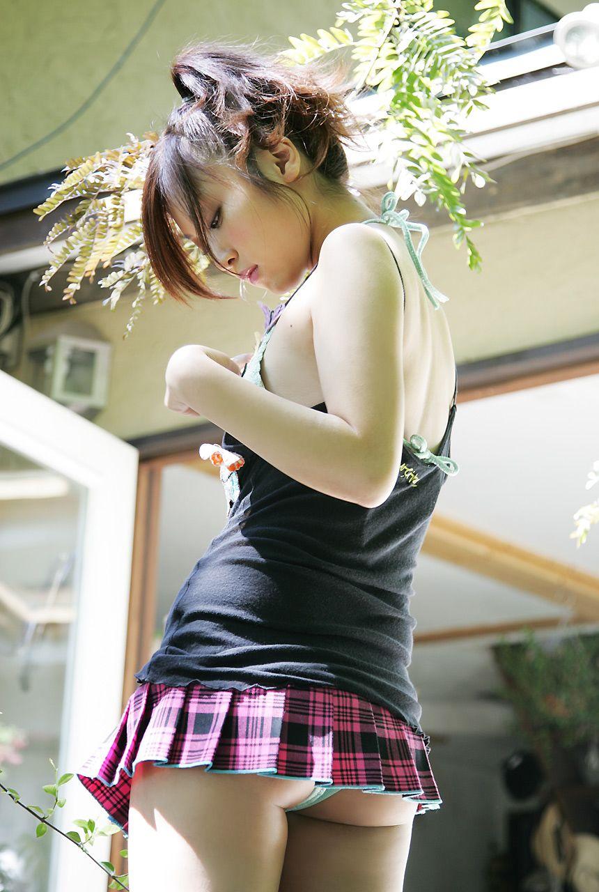 Сексуальная азиатка засветила под юбкой голубые трусики
