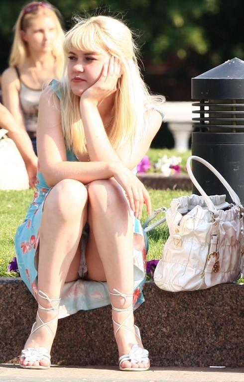 Блондинка засветила белые трусики под легким голубым платьем