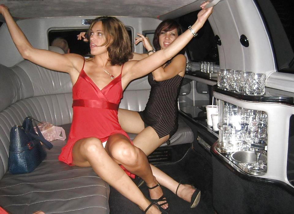 Две девушки в мини-платьях светят трусиками в лимузине