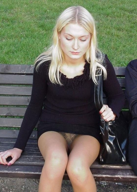 Блондинка в мини-платье засветила трусики под колготками