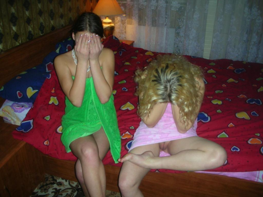 Блондинка после душа засветила киску под полотенцем