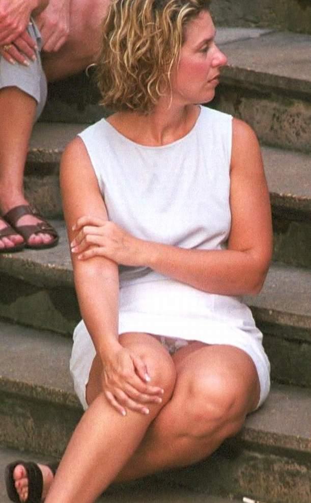 Женщина в белом мини-платье засветила прозрачные трусики