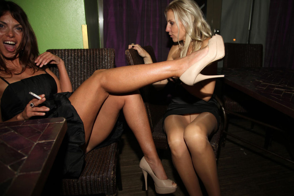 Блондинка засветила колготки под черным мини-платьем