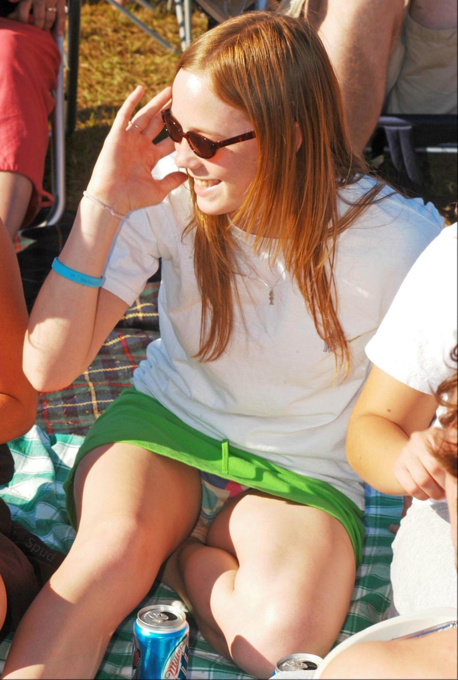 Девушка в зеленой мини-юбке засветила цветные трусики