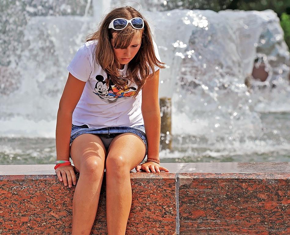 Девушка в джинсовой мини-юбке засветила серые трусики