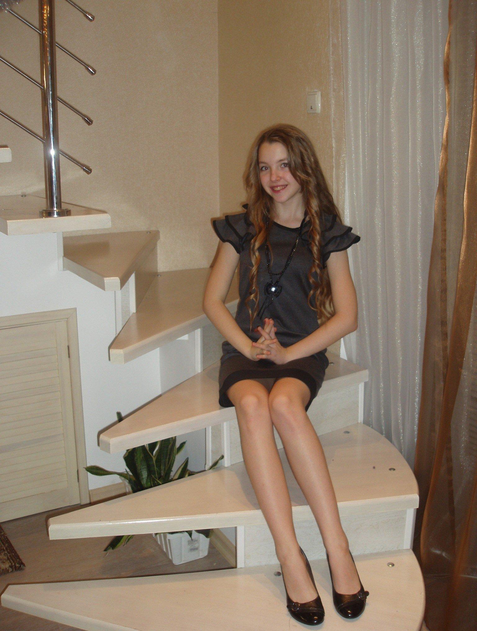 Девушка в коротком платье засветила серые трусики
