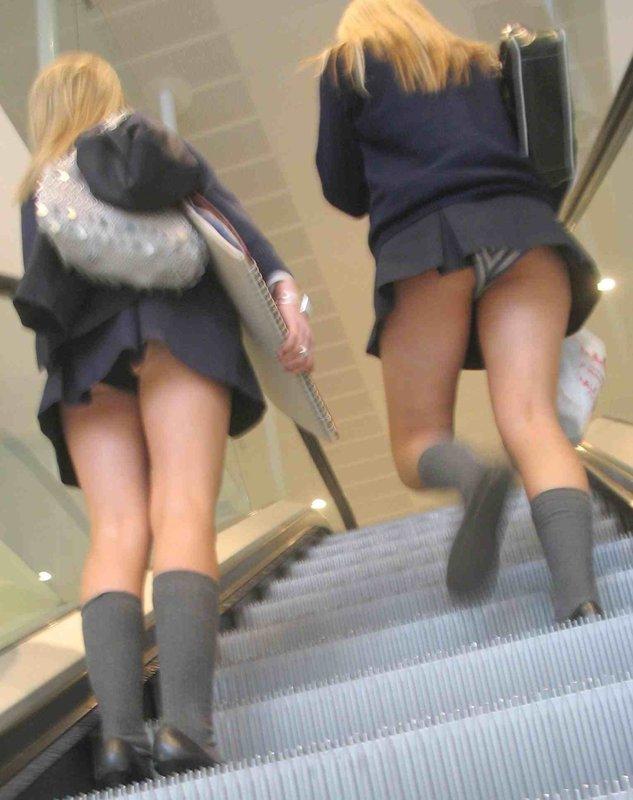 Две студентки в мини-юбках засветили трусики в метро