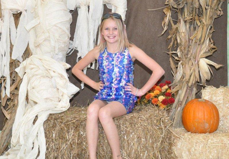 Малолетка в мини-платье засветила трусики на Хеллоуин