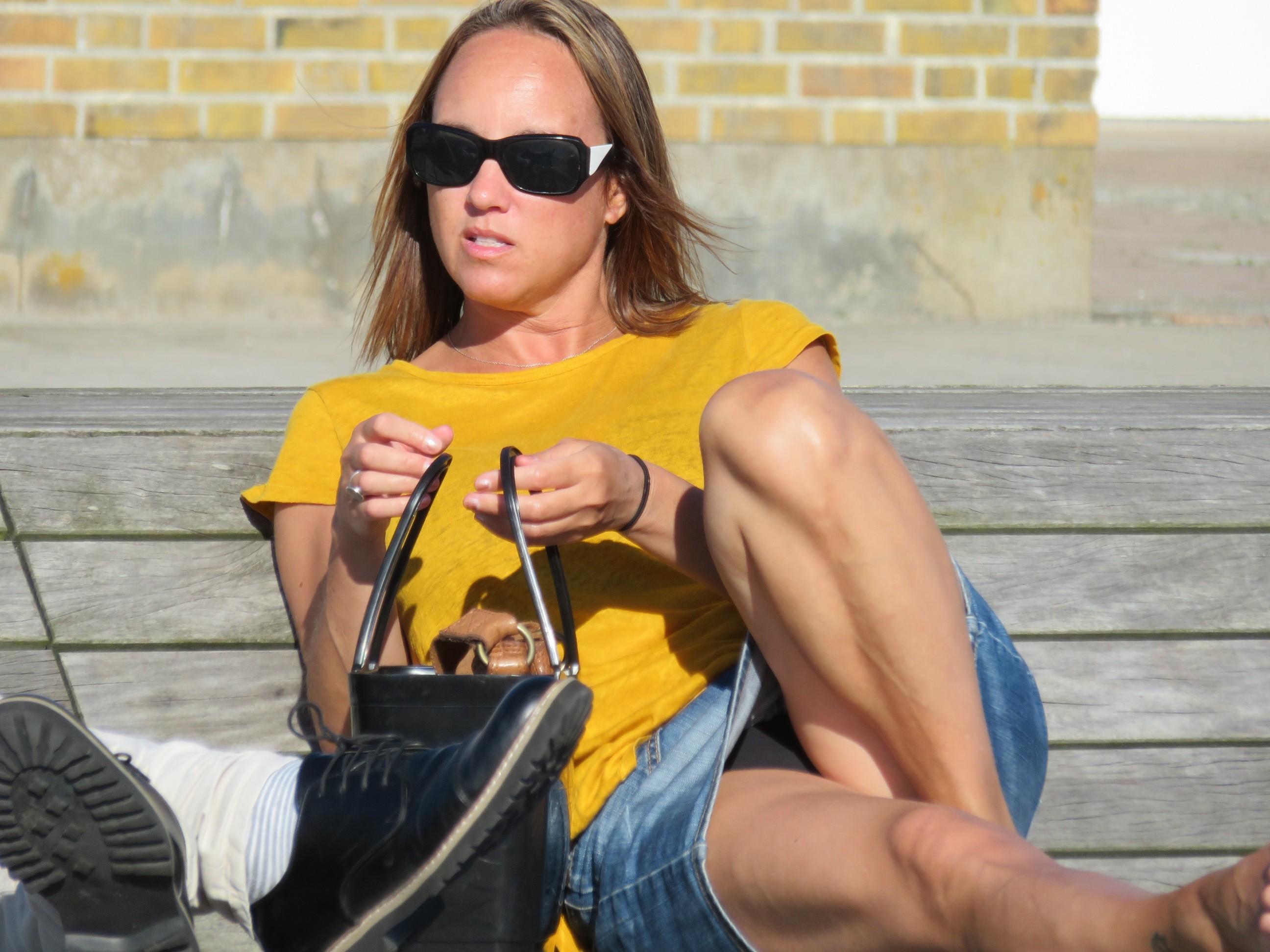 Девушка в джинсовой мини-юбке засветила черные трусики