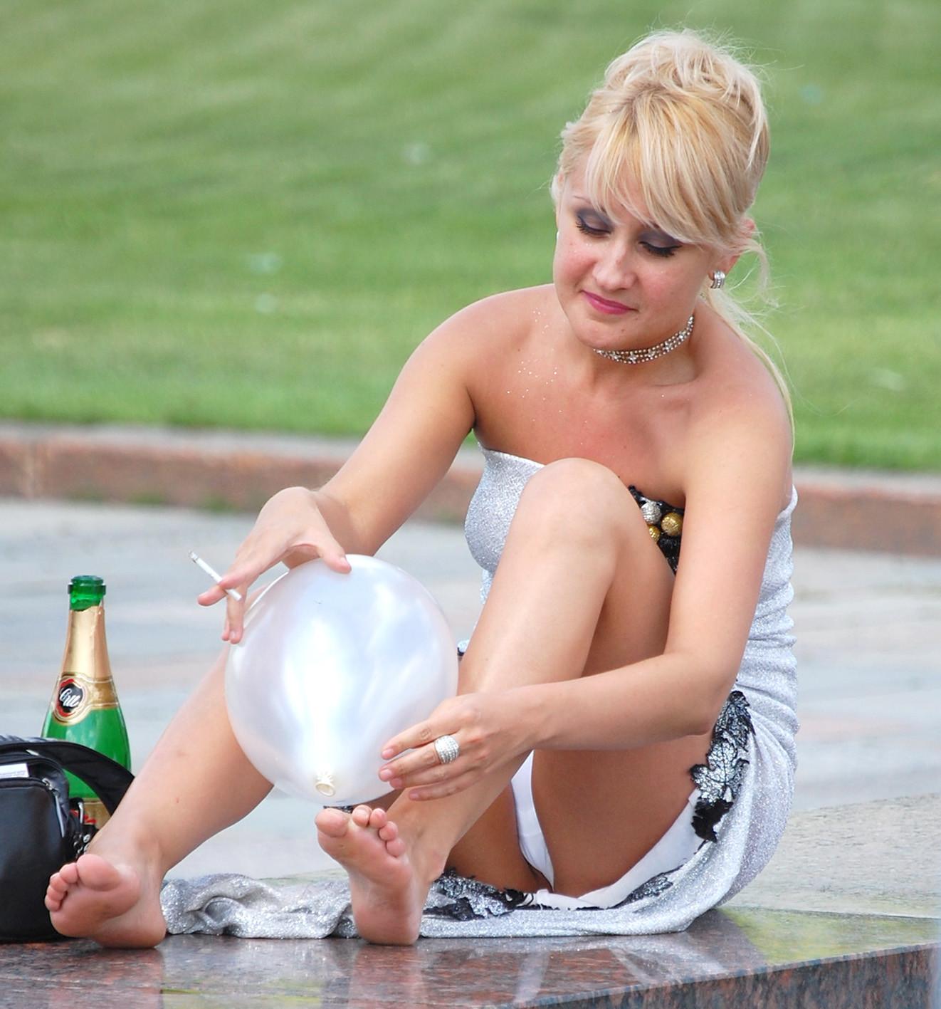 Блондинка в серебристом платье засветила белые трусики