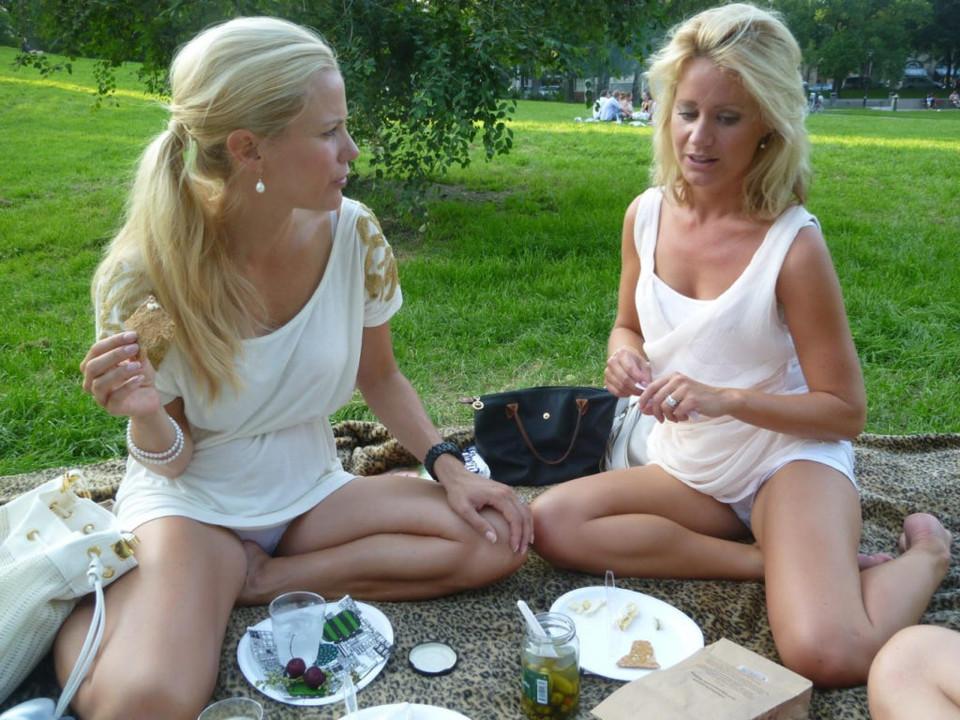 Две блондинки светят белыми трусиками на пикнике