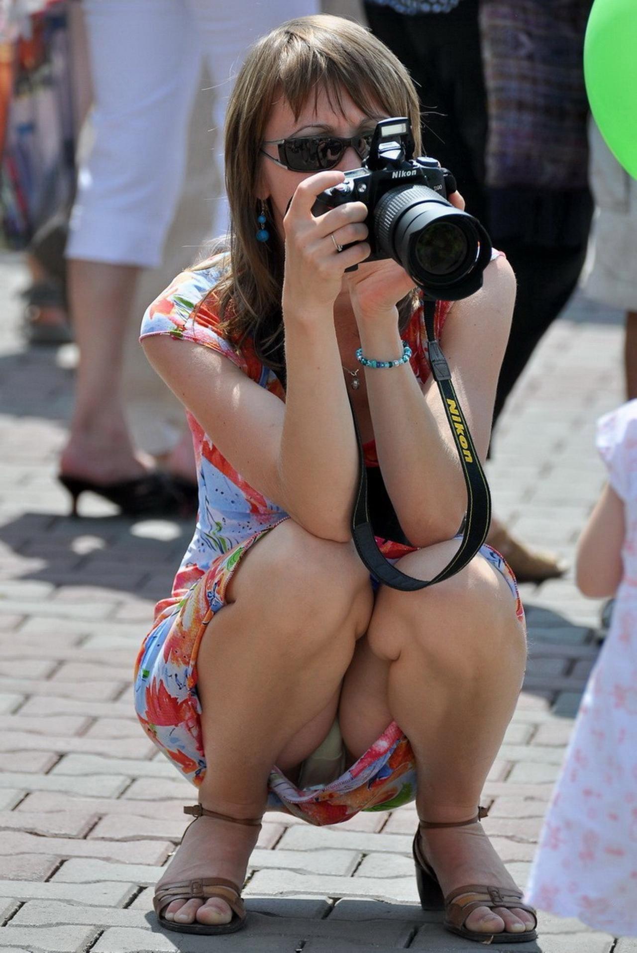 Девушка в цветастом платье засветила прозрачные трусики