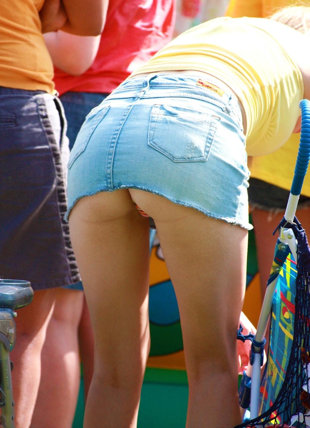 Блондинка в джинсовой мини-юбке засветила полосатые трусики
