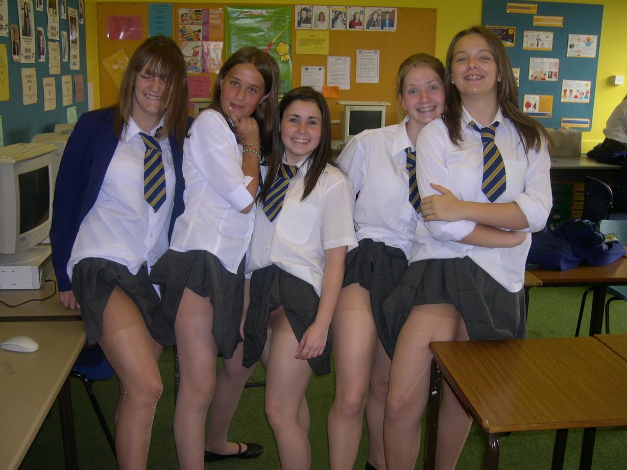 Студентки показывают под юбками трусики с колготками
